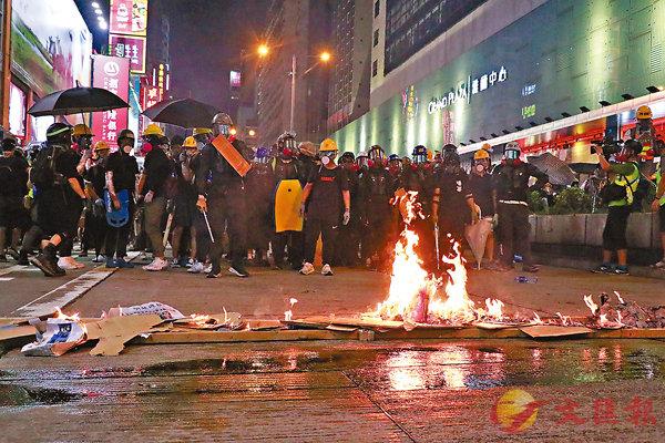 ■暴徒在彌敦道縱火。香港文匯報記者  攝