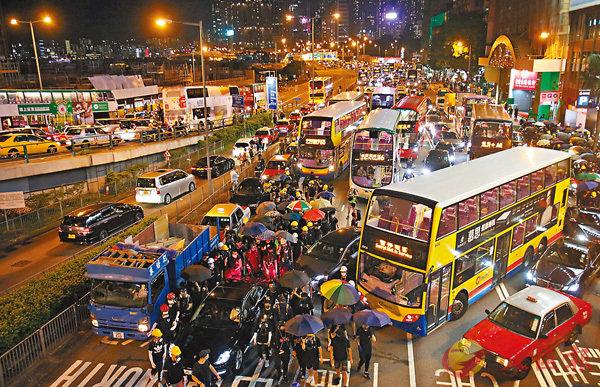 ■ 暴徒堵塞紅磡海底隧道港島出入口,路面大排車龍。 香港文匯報記者 攝