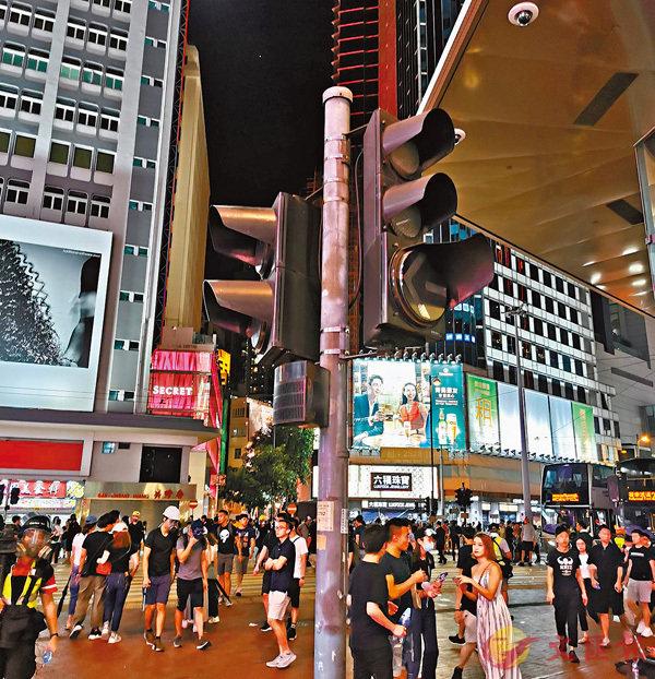 ■ 銅鑼灣崇光百貨對開的交通燈昨晚被人塗黑破壞。香港文匯報記者 攝