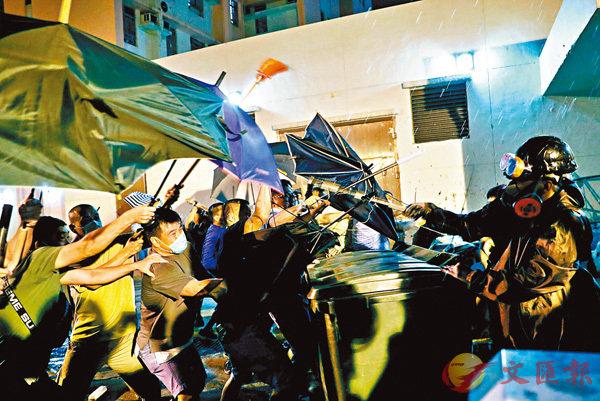 暴徒在黃大仙圍攻警員。路透社