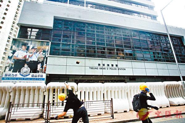 ■暴徒擲磚頭攻擊將軍澳警署外牆玻璃窗。 香港文匯報記者  攝