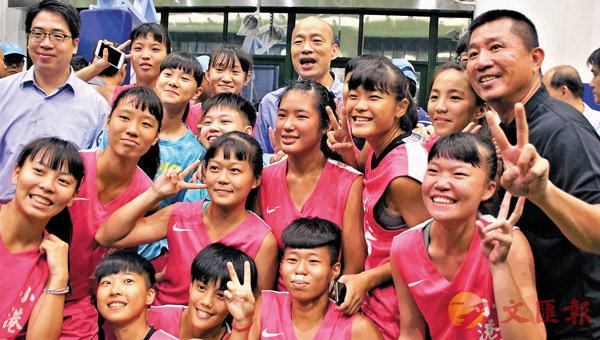 ■韓國瑜在今年2月20日至6月13日這四個月的41次民調中大勝蔡英文。圖為韓國瑜出席雙語籃球夏令營結業式。 中央社