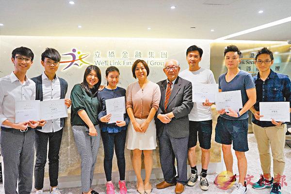 ■林廣兆(右四)為立橋徵文賽頒獎予得獎者。