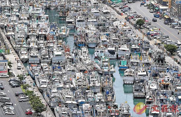 ■宜蘭南方澳漁港昨日停滿避風的漁船。 中央社