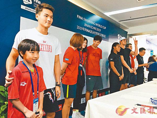 ■一名小泳迷與徐嘉余合影。香港文匯報記者丁春麗  攝