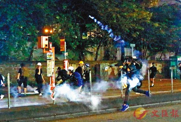 ■ 眾多暴徒襲擊尖沙咀警署。 香港文匯報記者  攝