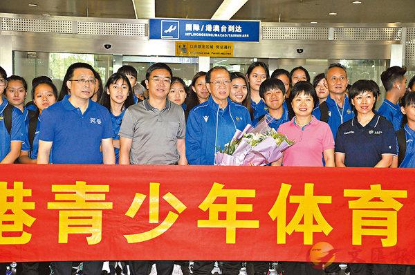 由貝鈞奇任團長的香港青少年體育交流團經已結束,此活動已進行了4年,對香港青少年運動員來說是一次很好的體驗;圖為貝鈞奇團長和香港青少年運動員們,在機場受到寧波體育局局長張霓(前排右二)的熱烈歡迎。