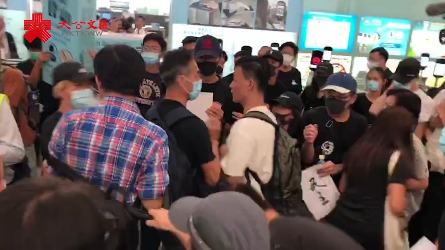 過分!搞亂機場 激進示威者推撞內地旅客 爆粗辱國