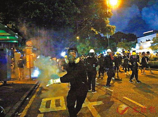 ■ 8月11日晚,尖沙咀有暴徒執起催淚彈向警方還擊。 香港文匯報記者  攝