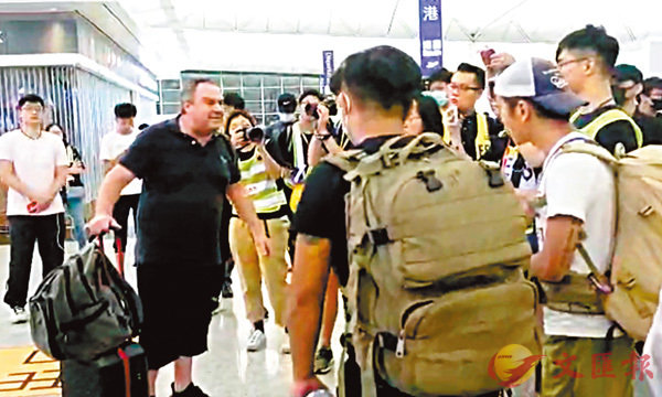 ■來自澳洲的旅客(左一)不齒「黑衣黨」行為。 網上圖片