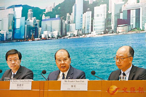 ■張建宗(中)形容,香港正處於極危險的邊緣,警方有責任維持社會安寧。圖左為李家超,右為陳帆。 香港文匯報記者  攝