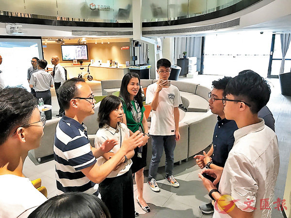 ■香港中學校長與在佛山的港青創業者交流。 香港文匯報記者敖敏輝  攝