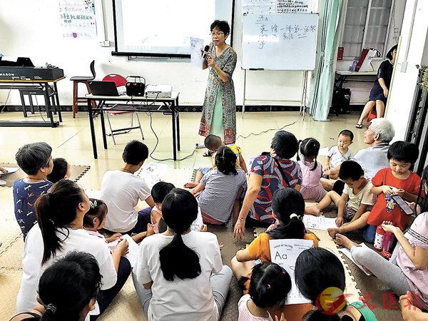 ■黃岩與友人成立了合作社,提供親子教育等免費服務。 香港文匯報記者敖敏輝 攝