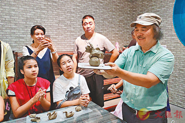 ■「石灣陶塑技藝」省級代表性傳承人鍾汝榮與觀眾捏陶互動