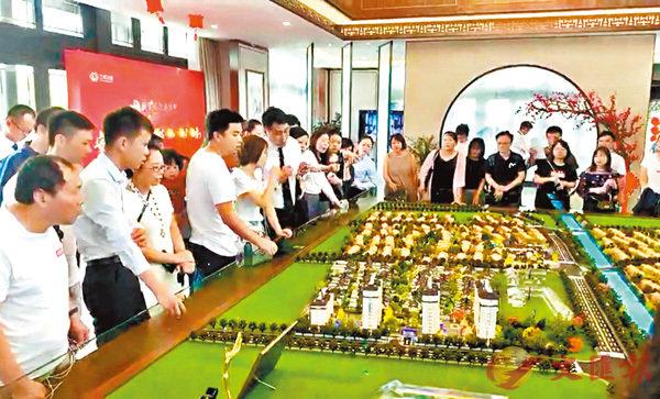 ■上海自貿區新片區臨港售樓處人頭攢動。 網絡圖片