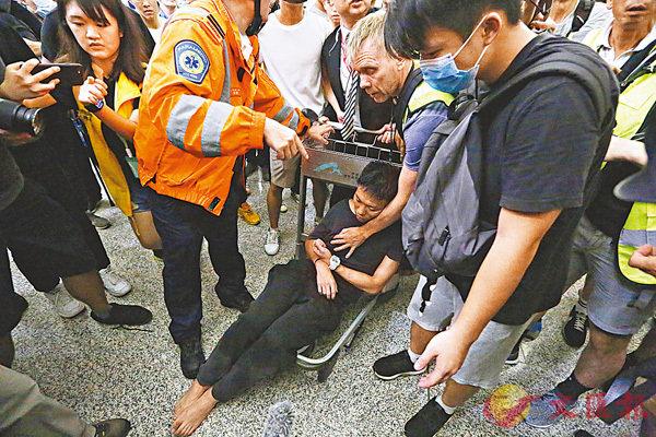■自由撰稿人Richard Scotford(右二)奮不顧身營救一名受襲的深圳旅客。 香港文匯報記者 攝