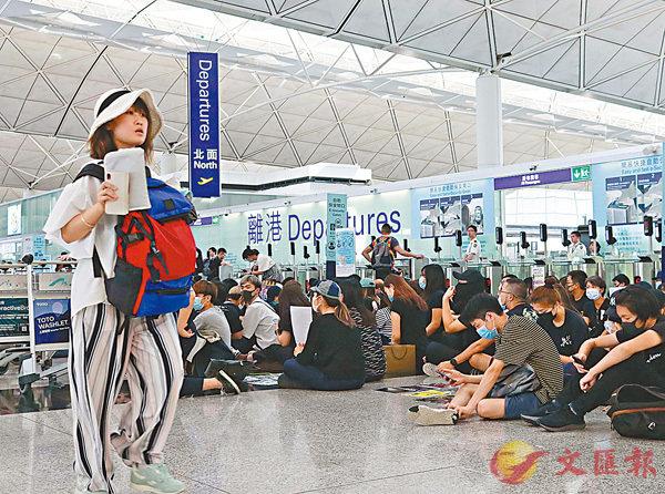 ■黑衣人堵塞離港通道,旅客不得其門而入。 香港文匯報記者 攝