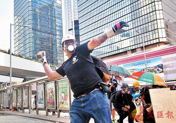 ■六大地產商分別在全港多份報章刊登聲明,譴責暴力行為。圖為金鐘暴徒在破壞。 資料圖片
