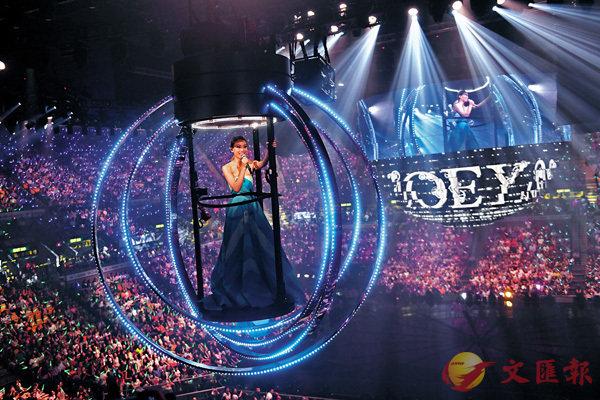 ■演唱會製作非常落本,讓祖兒站在「360」中升上半空,沿�茩y道跟歌迷一齊合唱。