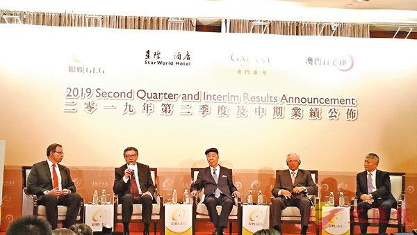 ■呂耀東(左二)稱集團早幾年已加強中場業務發展,未來發展規模會以多元化為主。中為銀娛主席呂志和。 記者殷考玲  攝