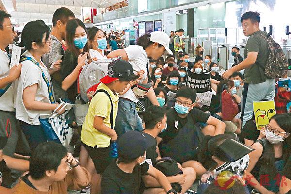■專家指,香港當前的安全形勢異常嚴峻,美艦此時要求停靠香港,與華府早前的旅遊警告自相矛盾。圖為前日黑衣人在香港機場阻礙旅客登機。 香港文匯報記者  攝