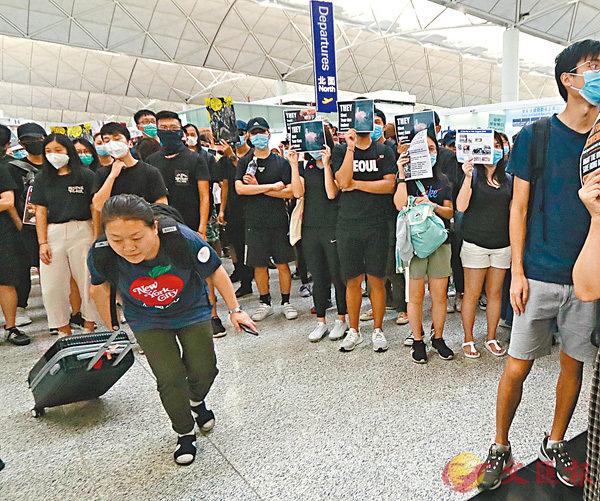 ■旅客都對黑衣人避之則吉。 香港文匯報記者  攝
