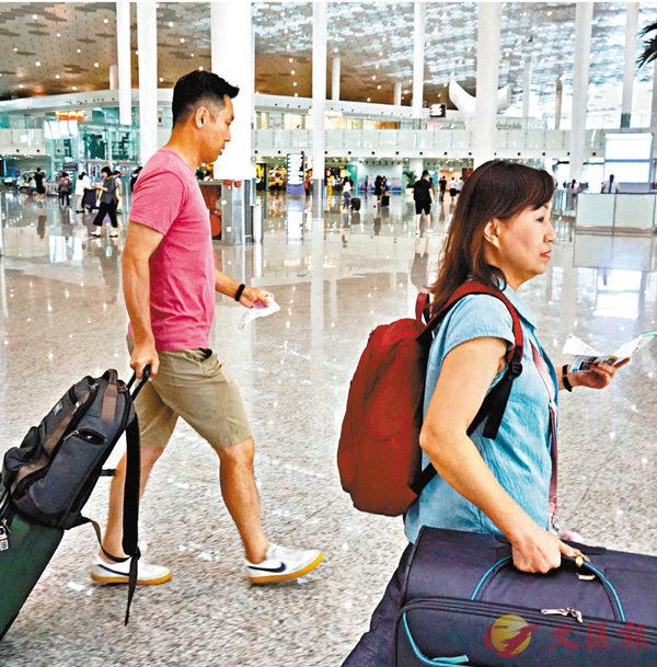 ■陳先生夫婦一路急匆匆返港。 香港文匯報記者郭若溪 攝