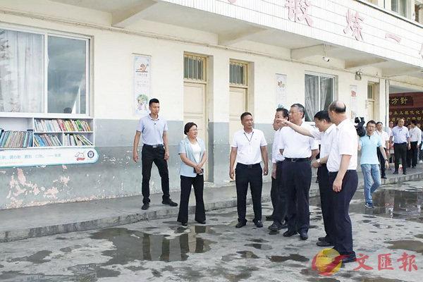 ■調研組在貴州安龍縣普坪鎮中心小學調研。  資料圖片