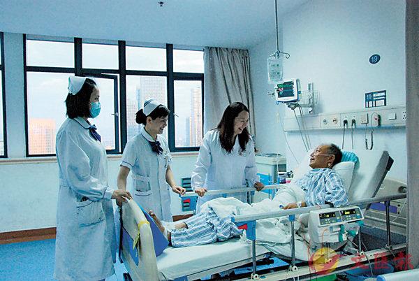■趙紅佳(右二)與患者聊天。香港文匯報記者蘇榕蓉  攝