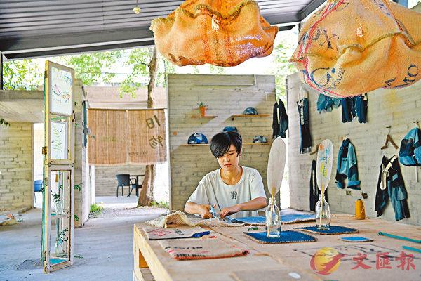 ■趙靜在位於深圳的展示廳裡工作。