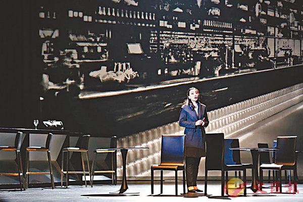 ■《為愛瘋狂》女中音張吟晶手持手機演唱法國歌劇《維特》女主角夏綠蒂的「讀信場面」。  香港歌劇院提供