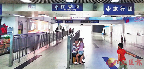 �P口人流少 ■深圳皇��口岸通往香港的出境大�d人流稀少。 香港文�R�笥�者李昌�� �z