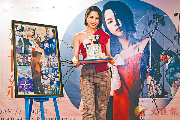 ■李幸倪獲贈畫上她出道10年經歷的漫畫,及金曲獎獎杯的蛋糕。