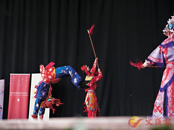■表演空翻和對打獲得觀眾熱烈的喝彩。