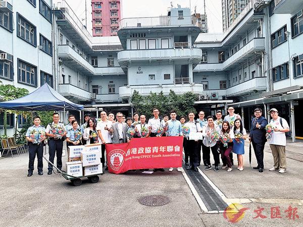 ■香港政協青年聯會到深水�齞1暊給謘A感謝警隊無私貢獻。