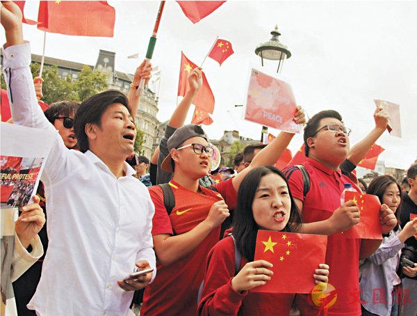 ■華人華僑與中國留學生300多人自發聚集在倫敦市中心特拉法加廣場、議會廣場,與「亂港分子」組織的示威遊行隊伍對峙。 中新社