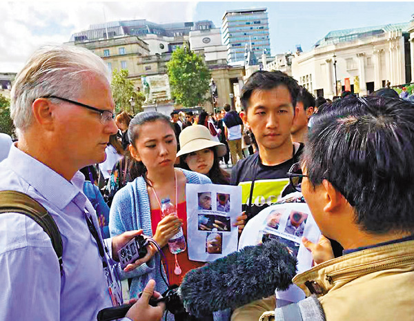■華僑手持單張介紹香港真實情況。網上圖片