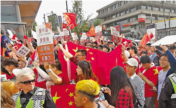 ■溫哥華「反港獨反暴力」集會有逾千人參與。 新華社
