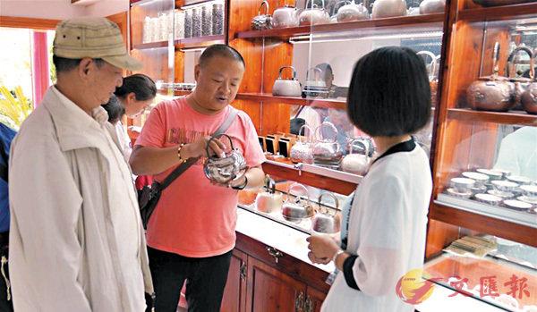 ■遊客在李德昌家開設的鄉村旅遊店裡挑選銀器製品。  網上圖片