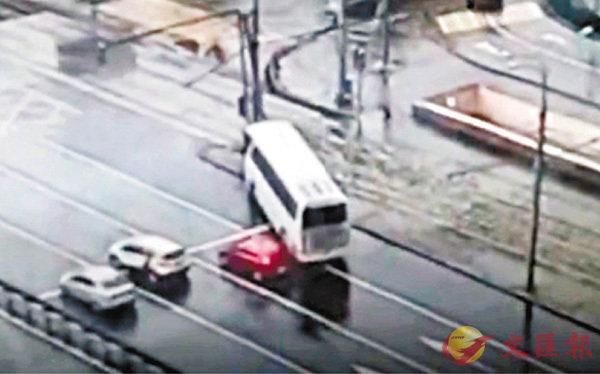 ■一輛載有中國遊客的大巴當地時間18日上午在莫斯科一路口失控撞向電線杆。 視頻截圖