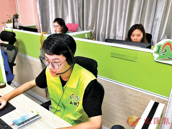 ■12355港澳青年熱線接線現場。香港文匯報記者敖敏輝 攝