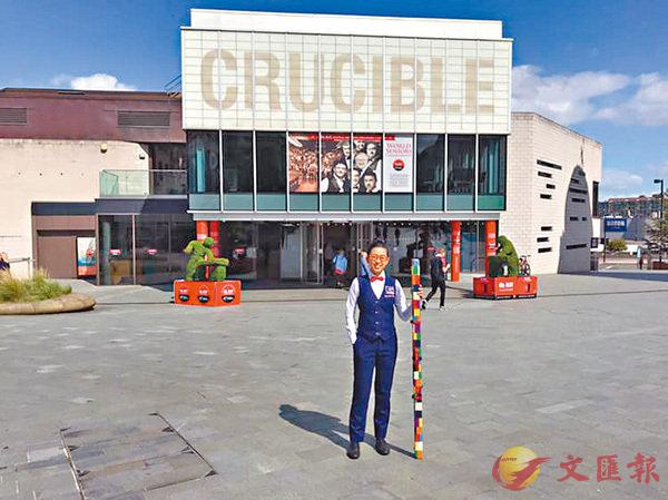 ■吳安儀在「桌球聖殿」克魯斯堡劇院門前留影。facebook圖片