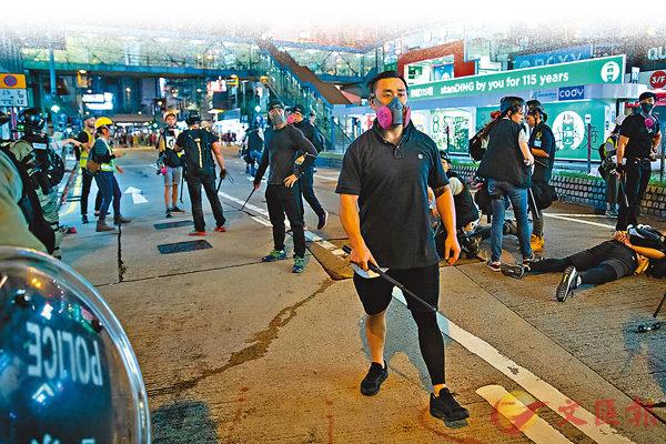 ■警方8月11日派出臥底警察入示威隊伍之中,於銅鑼灣把較為危險極端的暴力分子拘捕。 資料圖片