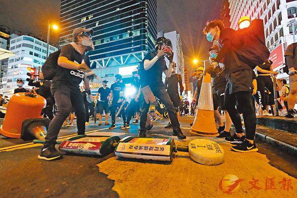 ■17日晚,有暴徒在旺角堵塞馬路。 資料圖片