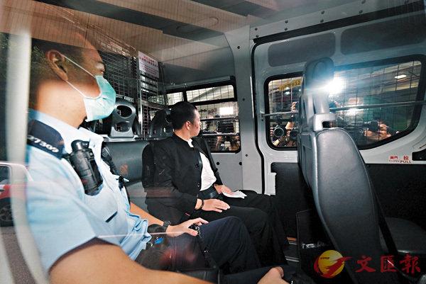 ■涉機場毆打案的男子賴雲龍(右),昨日被押解東區裁判法院提堂。 香港文匯報記者  攝