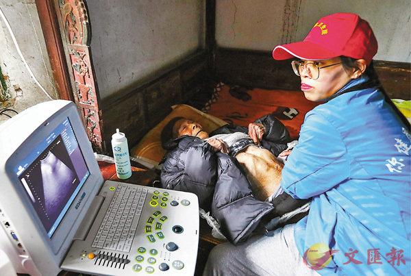 ■重慶九龍坡的「揹簍醫生」在操作醫學儀器為100歲的老人劉宴清(左)進行體檢。 資料圖片