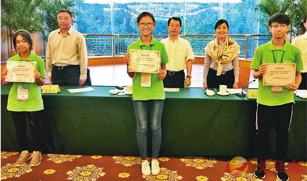 ■港生領取結業證書。 香港文匯報 記者 朱燁  攝