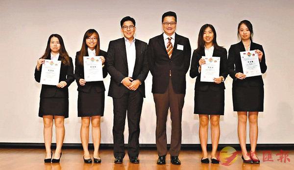 ■霍啟剛(左三)和陳積志(右三)為實習團同學頒獎。香港青聯學生交流網絡供圖