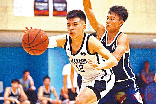 ■教大主力蕭俊傑(左)希望協助球隊奪冠。  香港文匯報記者郭正謙 攝