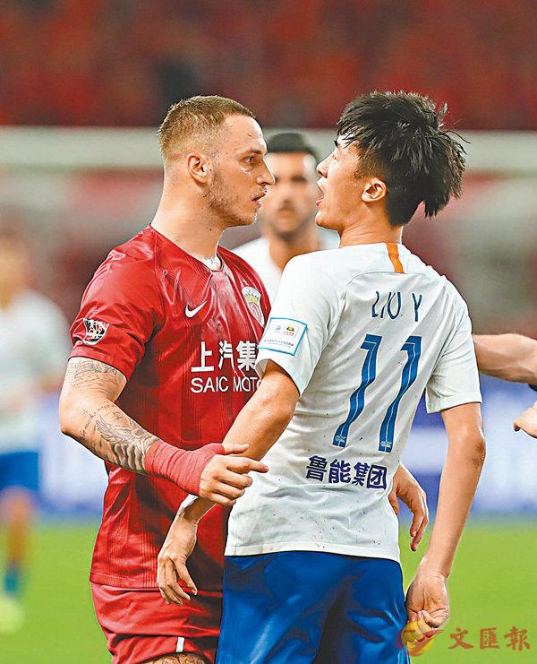 ■阿拿奧杜域(左)與劉洋在比賽中發生爭執。  新華社